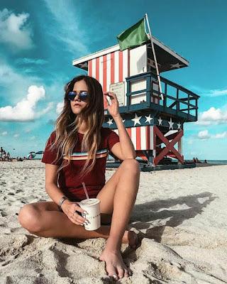 poses sentada en la playa verano
