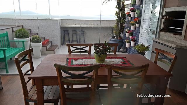 varanda-com-mesa-de-madeira-e -cadeiras-demolição-decoração