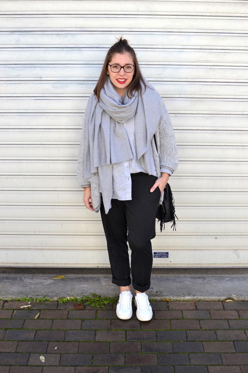 gilet en laine Pretty Wire, chemise grise Uniqlo, écharpe grise Zara, pantalon tailleur Uniqlo, sac M Maje, sneackers André à pailettes