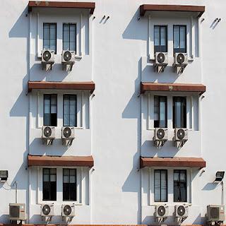 Fachada con aire acondicionado de ventana