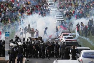 Resultado de imagem para OS PROTESTOS VIOLENTOS DE CINCO ONO ATRAS FOTOS