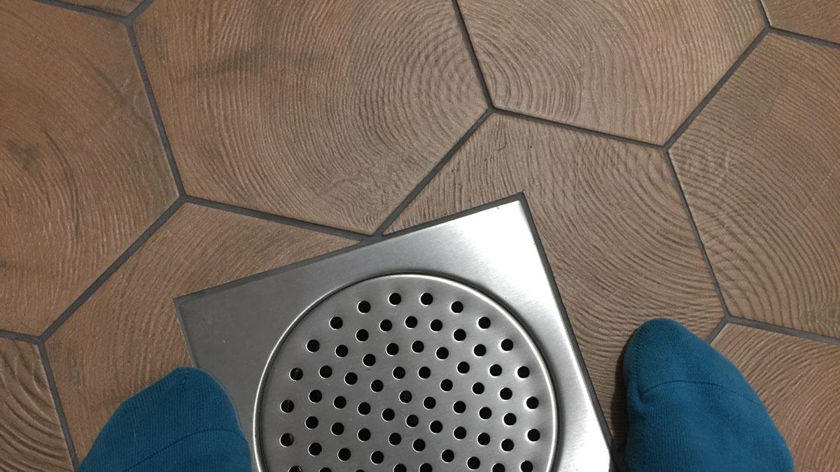 Vessan lattia. Kuusikulmaiset laatat!