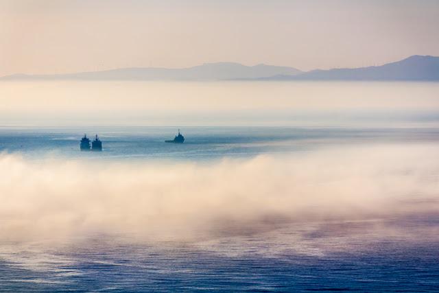 El Estrecho de Gibraltar cubierto de niebla