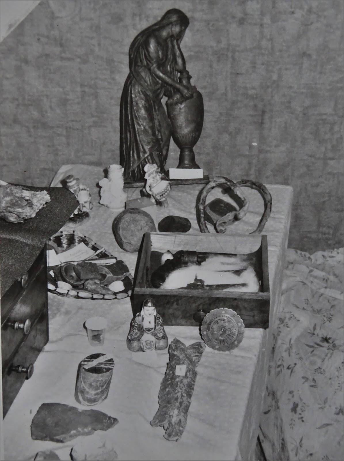 Ausstellungsstücke Des Hüttenmuseums Darunter Tonscherben Römischer Gefässe Aus Ausgrabungen Nahe Der Saalburg Schieferstein Bohrkern Mit Quarzadern
