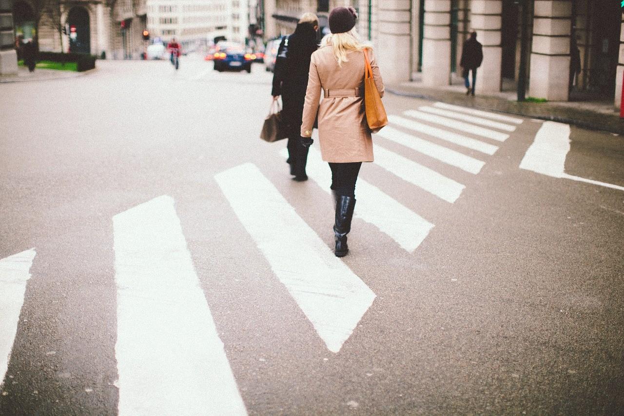 pedestres atravessando a passadeira