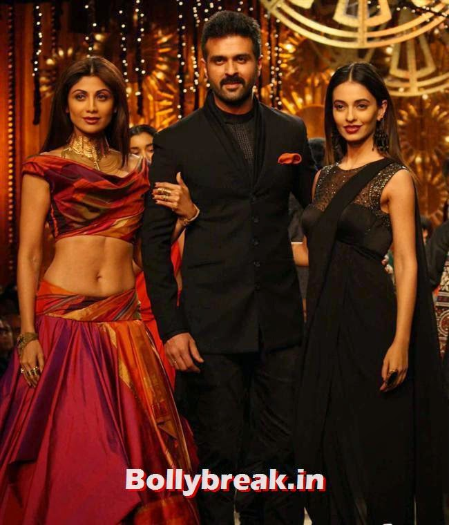 Shilpa Shetty, Harman Baweja and Ayesha Khanna, Shilpa Shetty walks at Wills India Fashion Week 2014