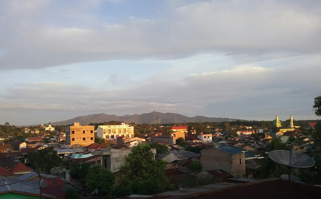 Pemandagan kota Pematangsiantar dengan latar belakang Gunung Simbolon di Kabupaten Simalungun. Lokasi Jalan Melati Kelurahan Simarito Pematangsiantar
