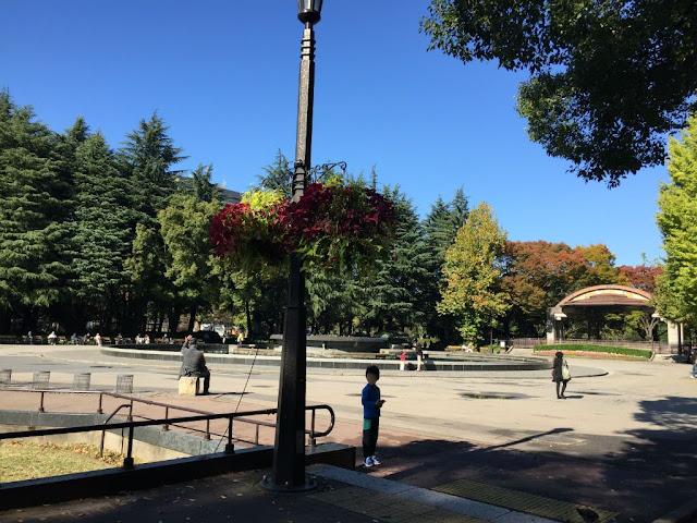 日比谷公園でポケモンGOをする子ども