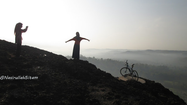 Sepeda dan dua gadis pagi ini