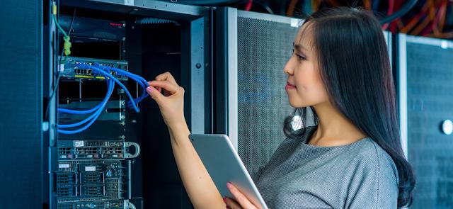 seorang Teknisi komputer dengan pekerjaan jaringan