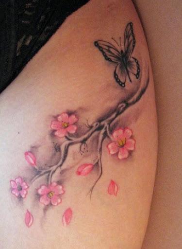 Simples e bonito tatuagem de flor de cerejeira com uma borboleta. Esta quase minimalista de design é muito simples, mas atraente por causa de sua simplicidade. (Foto: Fontes de imagem)