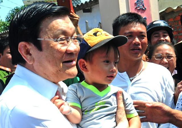 Chủ tịch nước Trương Tấn Sang thăm hỏi con em ngư dân huyện đảo Lý Sơn.