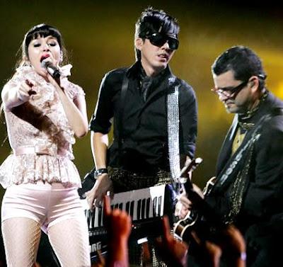Foto de Belanova cantando en concierto