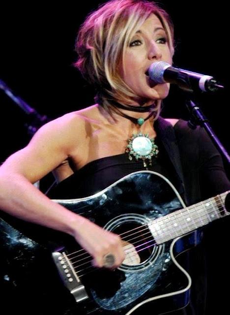 Foto de Ana Torroja cantando en concierto