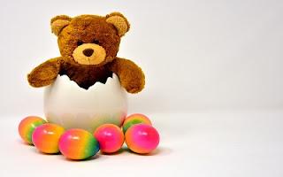 Uova di Pasqua colorate con peluche
