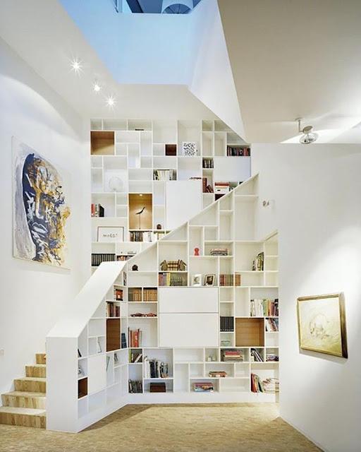 bibliothèque comme rampe d'escalier