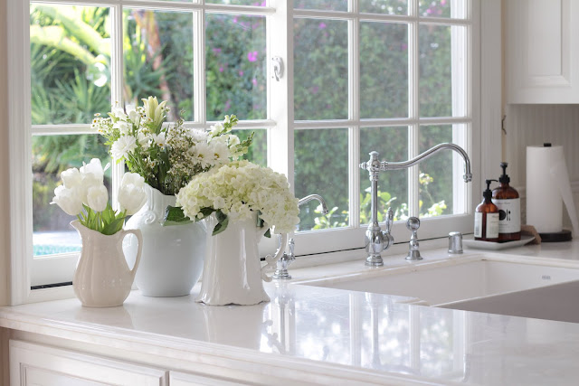 spring-tour-white-kitchen-flowers