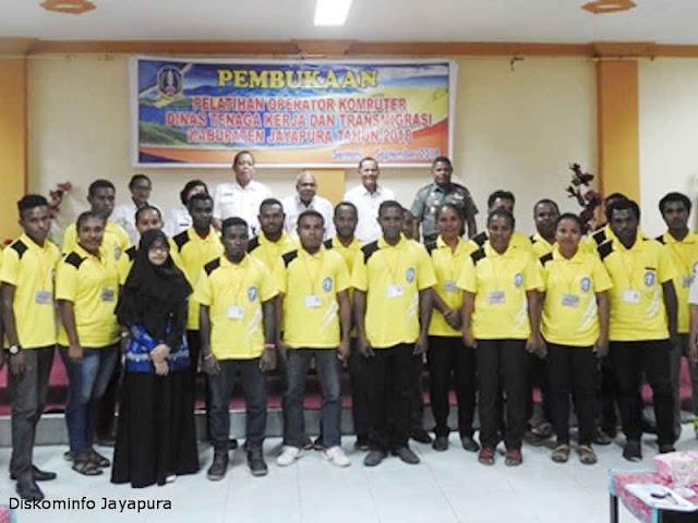 Disnakertrans Jayapura Adakan Pelatihan Bagi Operator Komputer Tingkat Distrik Jean