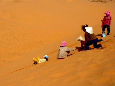 Plastica scivolare attraverso le dune di Mui Ne