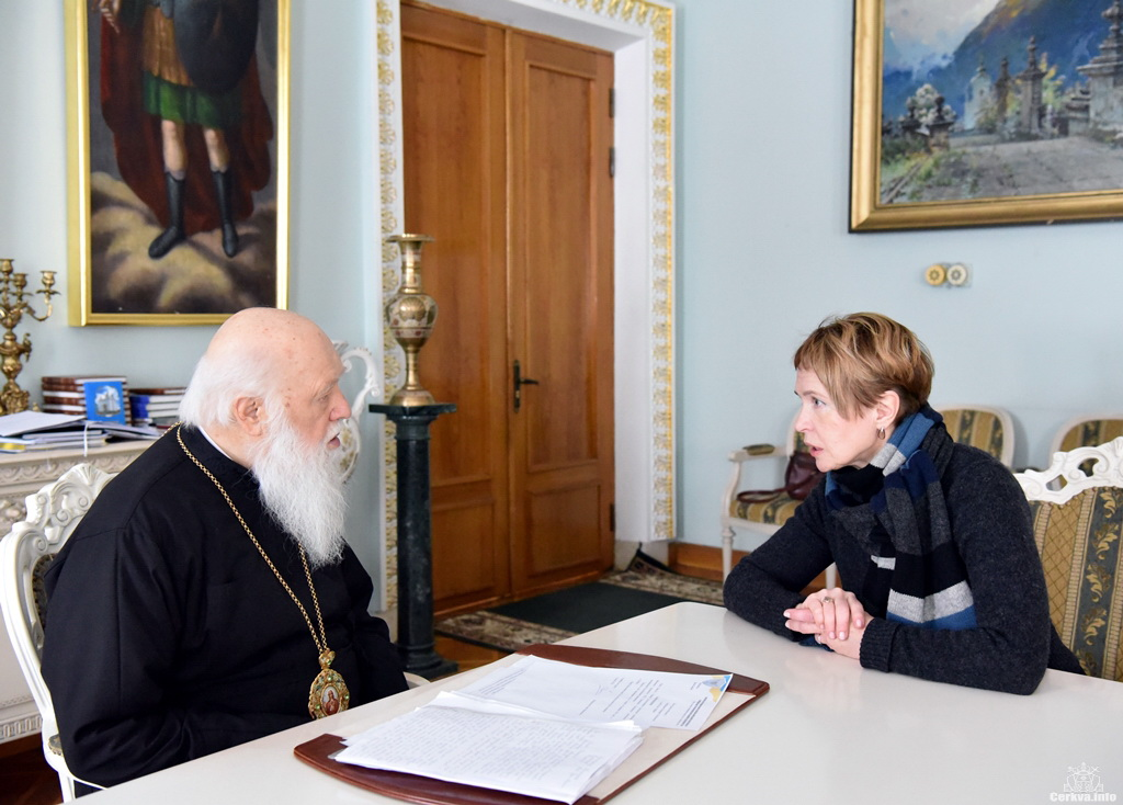 Матір вбитої Аміни Окуєвої зустрілася з Патріархом Філаретом