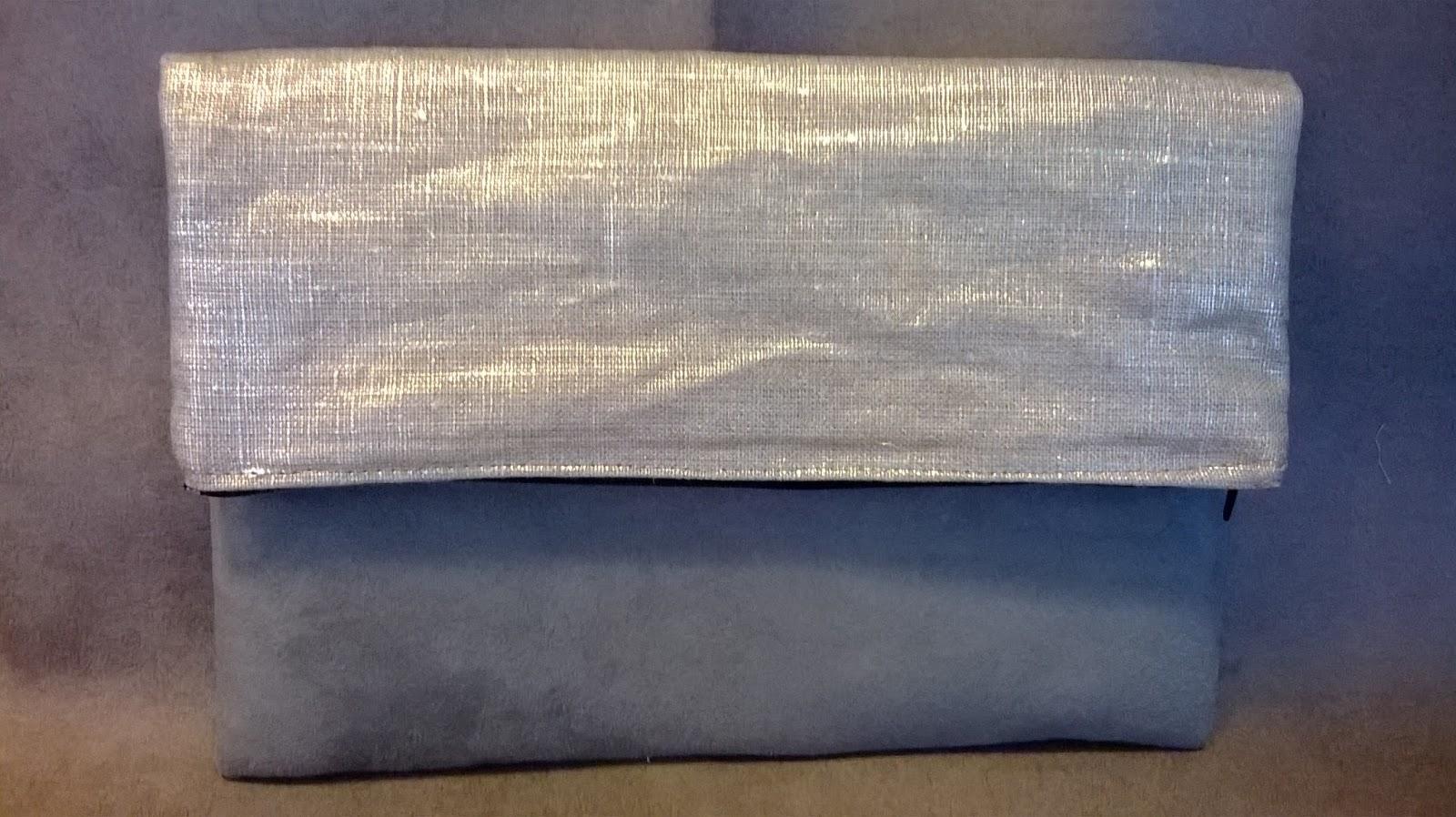 db2a270da6 Allez on va se faire une petite pochette... Pochette réalisée en suédine  noire et simili cuir gris gaufré. Doublée et renforcée pour un bon maintien.