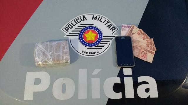 POLÍCIA MILITAR PRENDE TRAFICANTE COM TIJOLO DE MACONHA EM JUQUIÁ