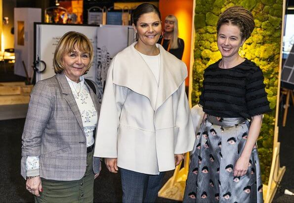 Crown Princess Victoria wore Gianvito Rossi Levy ankle boots, carries Valentino Small chain shoulder bag. wide-collar coat long sleeve