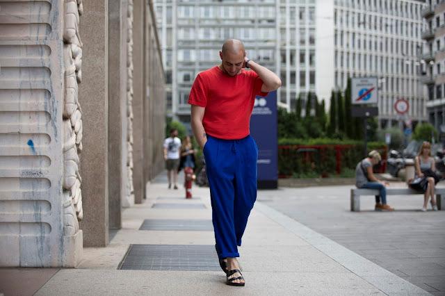 come indossare dei sandali in un outfit estivo maschile