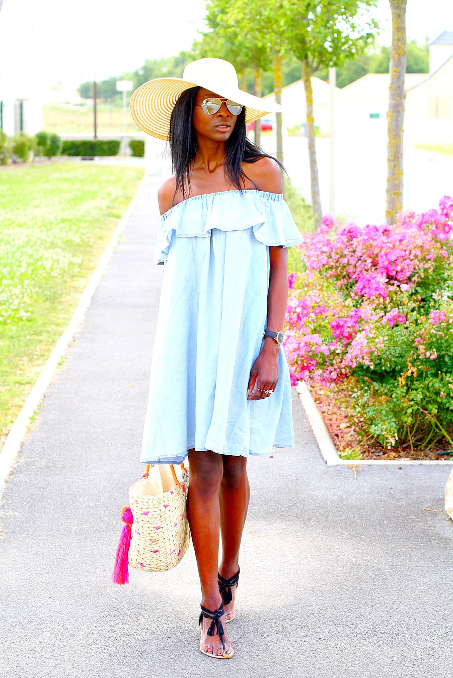 off-shoulder-denim-dress-asos-wide-brim-hat-epaules-denudees-sac-plage-etam-sandales-pompoms