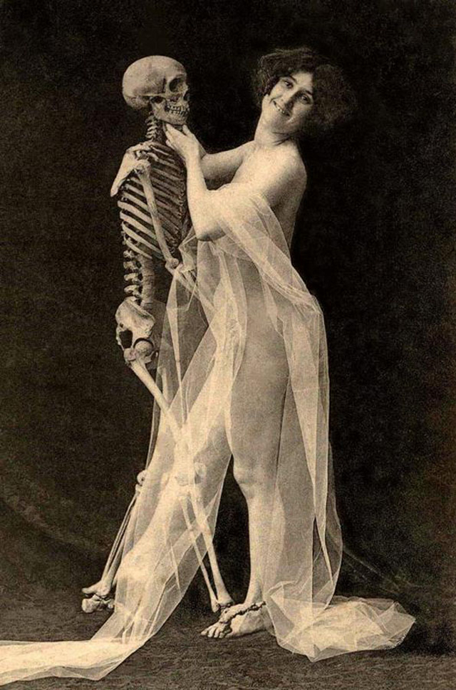 Dancing with Devil: 25 Horror Vintage Pictures of People