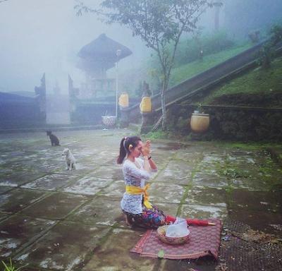 Mantra Kramaning Sembah atau Panca Sembah Lengkap Artinya Dalam Agama Hindu