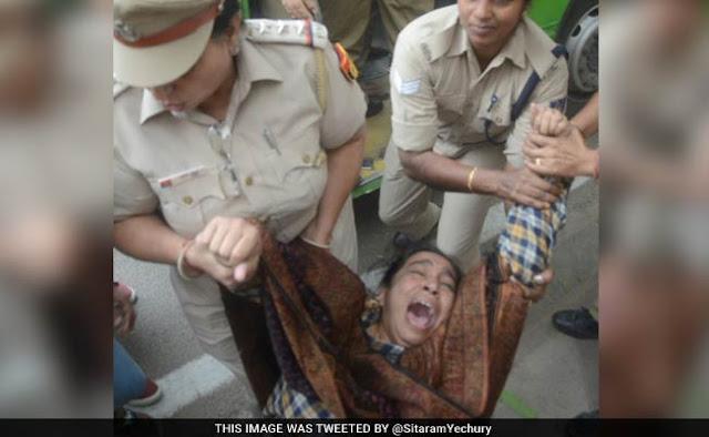 लापता JNU छात्र नजीब अहमद के मामले में प्रदर्शन करने गई मां से पुलिस की बदसलूकी
