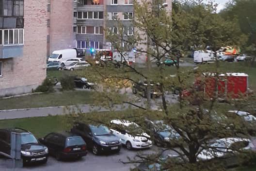 Ugunsdzēsēju mašīnas daudzstāvu dzīvojamās mājas pagalmā