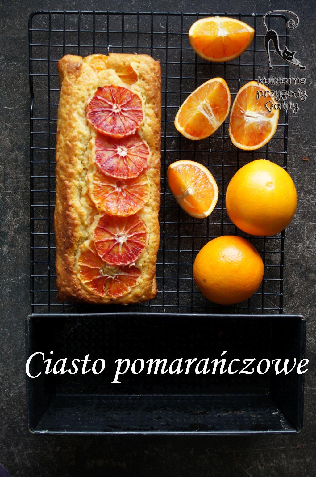 pokrojone-pomarancze-i-plastry-ciasta-widok-z-gory