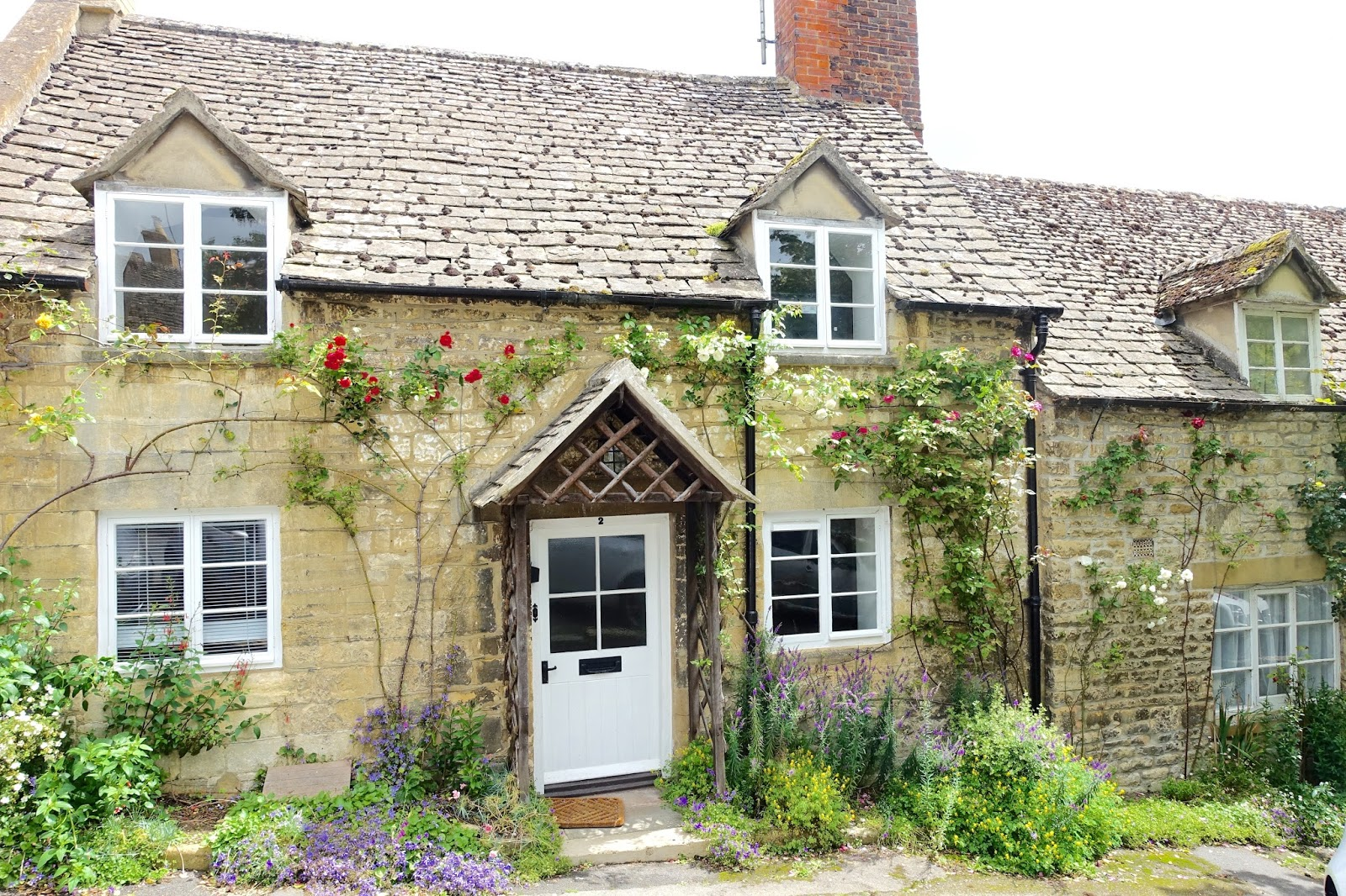 quaint honey coloured stone houses in the cotswolds
