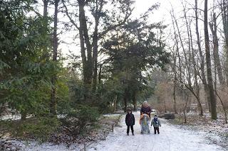 Yolanda, Izan y Joel paseando por el Jardín Inglés.
