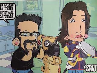 """Caricatura de Condecorando realizada por Arturo Martín con la protagonista vestida de uniforme y cara de dignidad. El otro personaje dice: """"Creo que el hobby de hacer medallitas se le está llendo de las manos""""."""