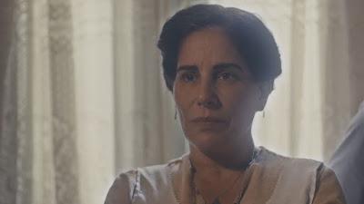 Lola (Gloria Pires) mente para Júlio (Antonio Calloni) na frente da família — Foto: Globo