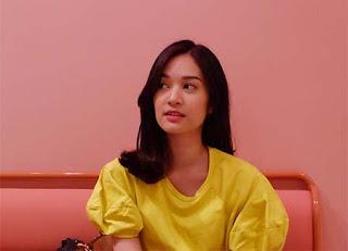 Faradilla Yoshi Pakai Baju Kuning