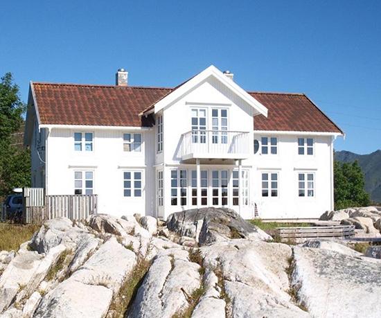 rumah bergaya scandinavian dengan proporsi simetris