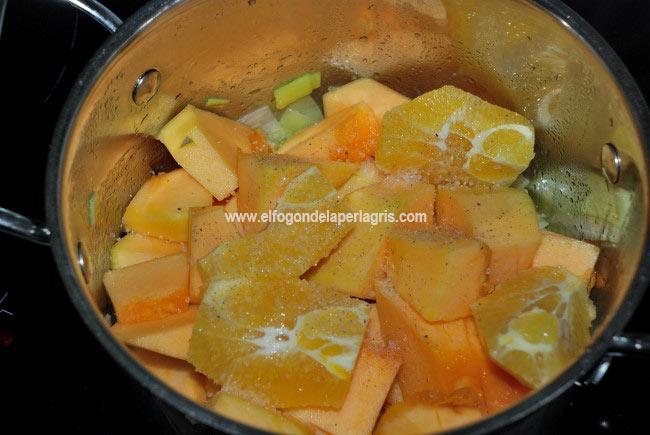 Añadir los ingredientes para preparar la crema de calabaza con naranja