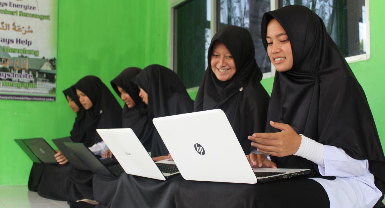 eskul siswi SMA Seksi dan Cantik keren  lumpuh karena squat jump komputer