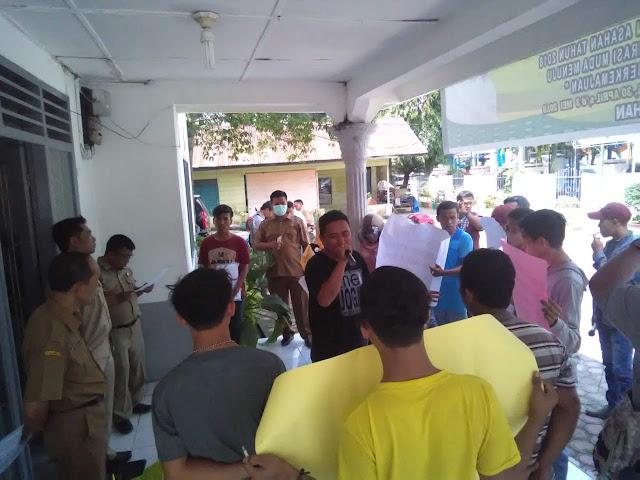 Warga yang menggelar aksi unjukrasa di kantor Inspektorat Asahan menuntut agar Kadis Perkim dicopot dari jabatannya dan ditahan.