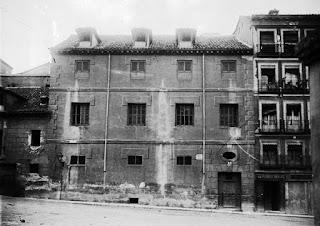 Fotografía de la casa antes de 1926, año en que fue derribada. Tenía tres plantas y buhardillas. Las ventanas con rejas y celosías, sin balcones. Las ventanas de la planta baja son pequeñas y a una altura más elevada de lo normal..