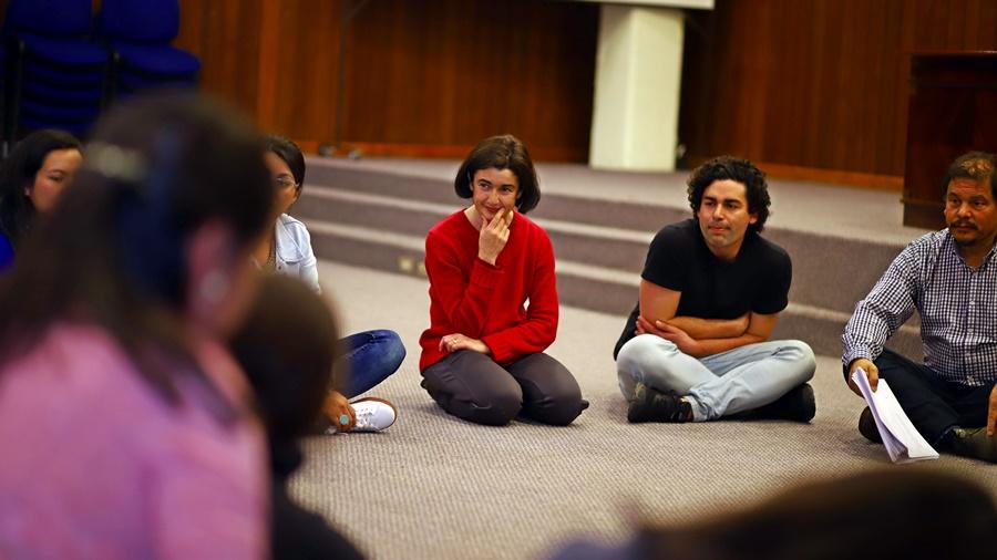 La actriz nacional Paulina Urrutia en una de sus clases en el Campus Talca de la Institución.