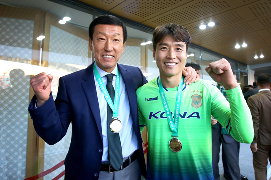 Jeonbuk Hyundai Manage Choi Kang-hee and striker Lee Dong-gook