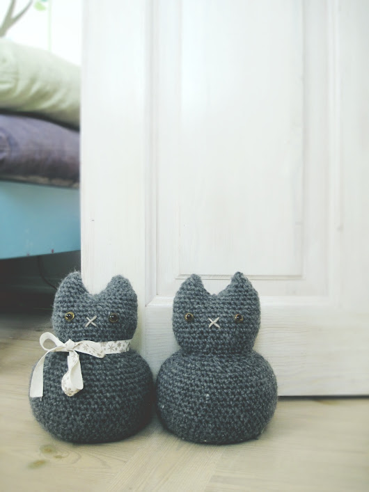 Moggy, the door stopper in heather flannel - good morning crochet