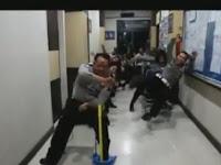 Video Belasan Anggota Polisi yang Naik Bus Ugal-Ugalan ini Malah Bikin Ngakak