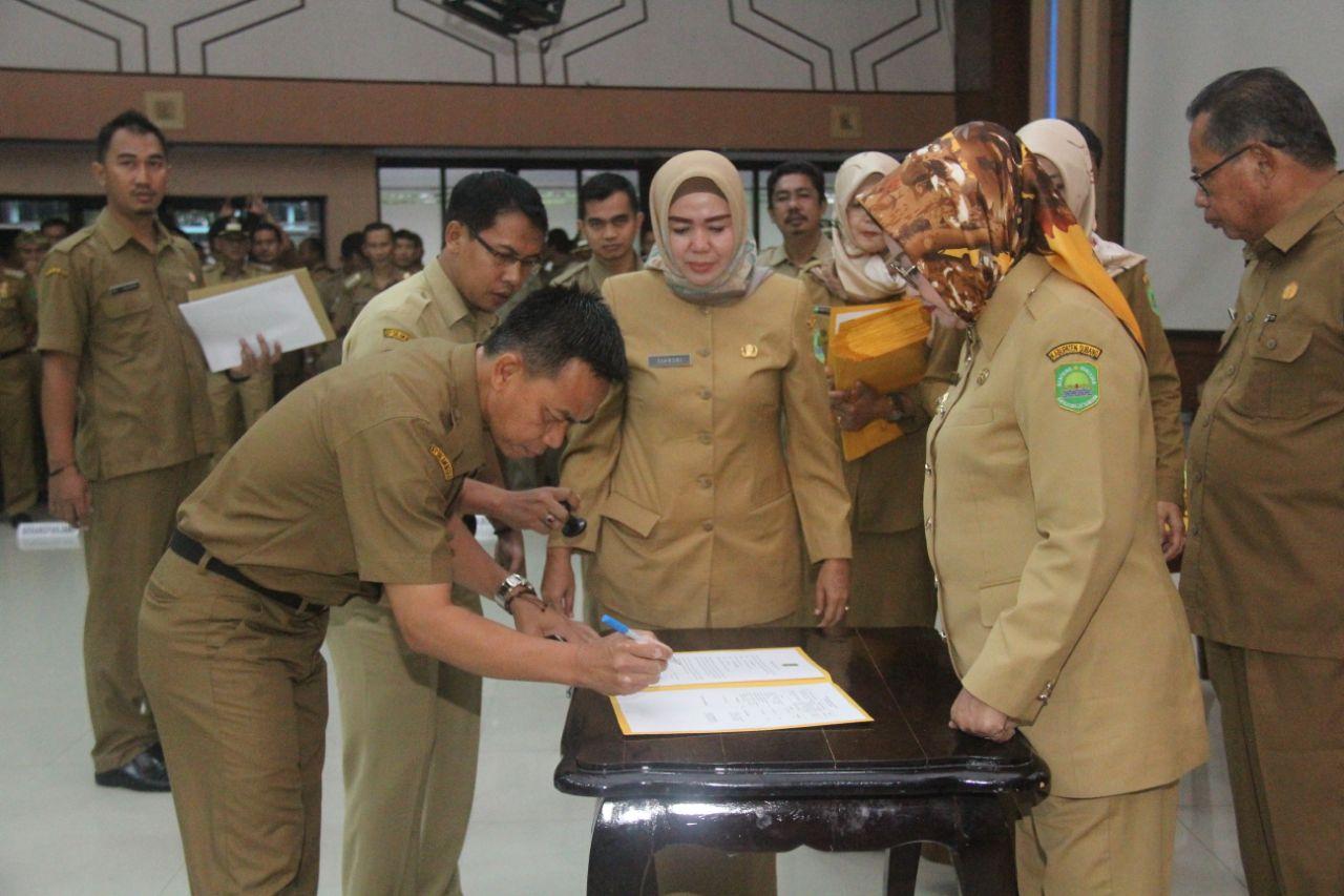 Pejabat di Subang Tandatangani Perjanjian Kerja dengan Bupati