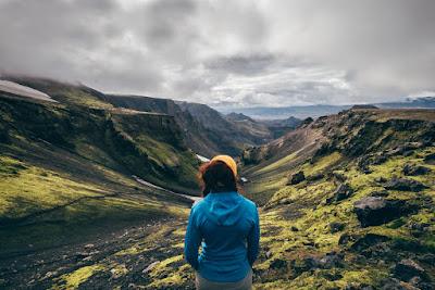 Mujer observando el paisaje en una pausa a su recorrido por Laugavegur